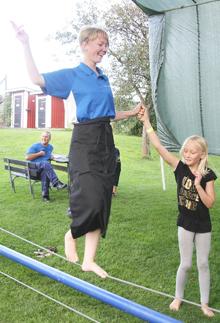 Åsa Alm testar att gå på  lina under en dag med  cirkusskola på Barnens Gård.