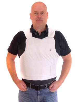 Bosse Frövén säljer skyddsutrustning  bland annat till polisen. Här poserar  han med en skottsäker väst.