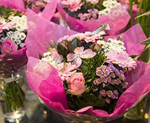 Det är juni månad och på  Söders Blommor binds  många buketter som ska  ges bort till glada studenter.