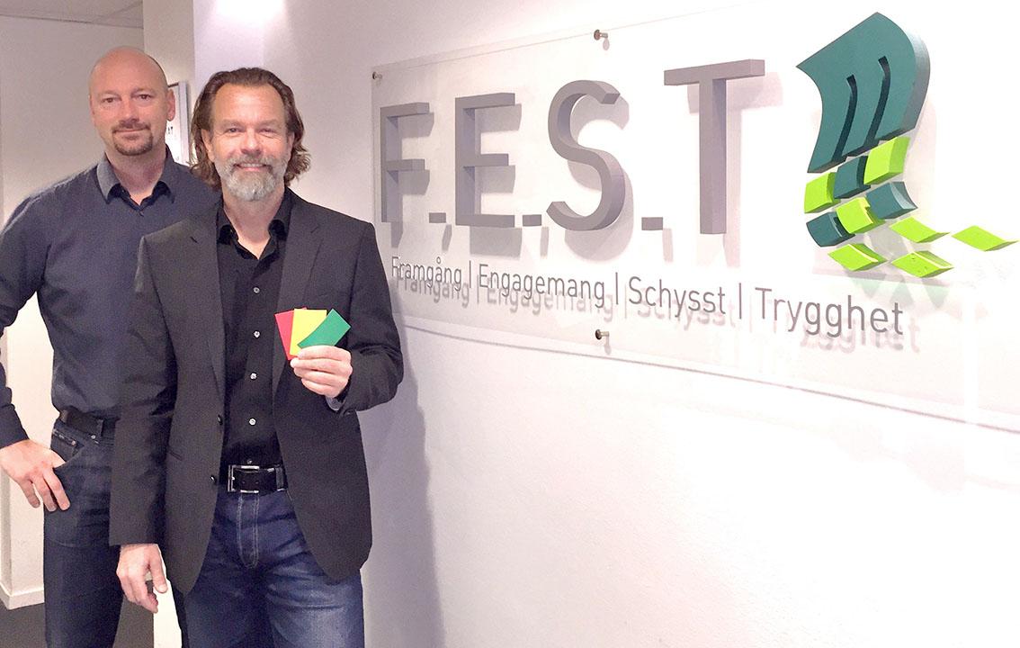 Magnus Cramne med Mikael Falk till höger om sig.