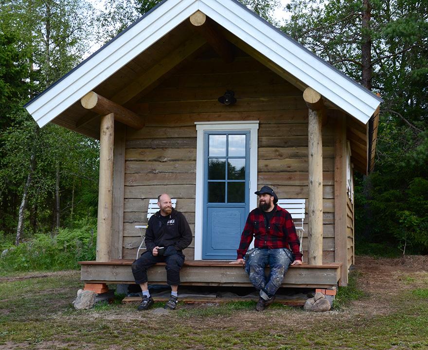 Edo van der Maas och Johan Arnell vid deras alldeles egna Attefallshus, Fristugan.