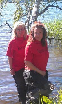 Företagssystrarna Hanna Kämmlein (längst fram)  och Maria Svensson har industrifastighet på en  sjötomt. Härligt, så här års, tycker Hanna.