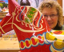 Christina Liljegren bakom Grannas  främsta produkt. Grannas är Sveriges  största tillverkare av Dalahästar.