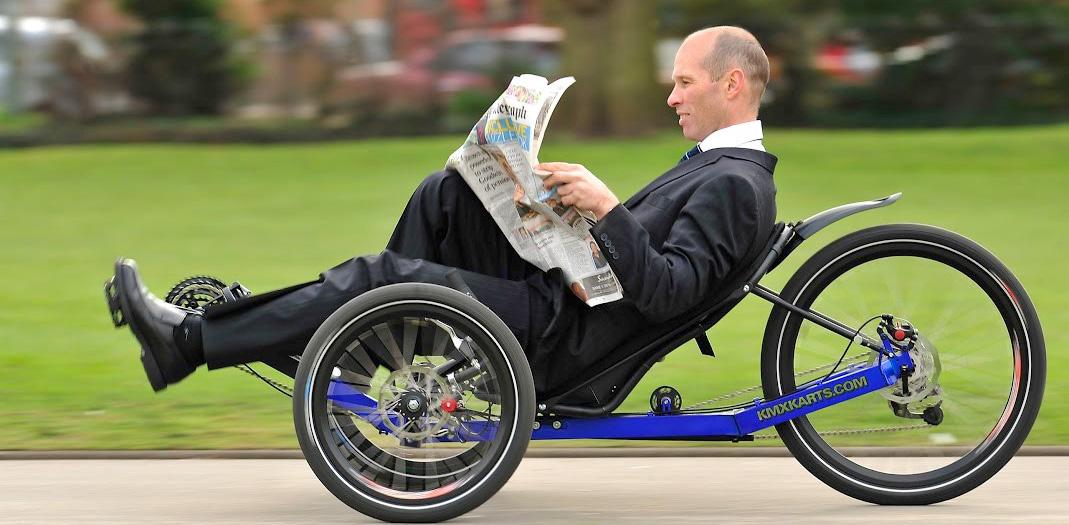 Det är roligare, det går fortare och det blir stabilare att cykla med KMX Karts trehjuliga liggcyklar, säger Johannes Frosteman som är vd för KMX Karts Sweden UF