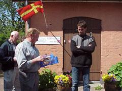 Peder Bonde (längst till höger) säljer  närproducerade specialiteter till nyfikna  gårdsbesökare. Många kunder har en  gång smakat Peders varmrökta ungtupp  på en fest och sedan blivit trogna kunder.