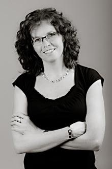 """Regina Thomsen, som driver  guldsmedsbutiken Thomsen  Guld & Smycken, satsar på  service i första hand och försöker  sätta lite """"guldkant på tillvaron""""  i Alvesta."""