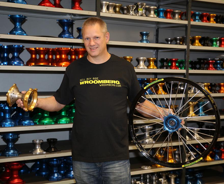 Torbjörn Bergh tillverkar nav och  ekrar till alla upptänkliga hjul,  men har även tagit fram ett eget  moduluppbyggt nav där man  kan använda standardekrar och  välja var navet ska passa genom  att välja olika navfästen.