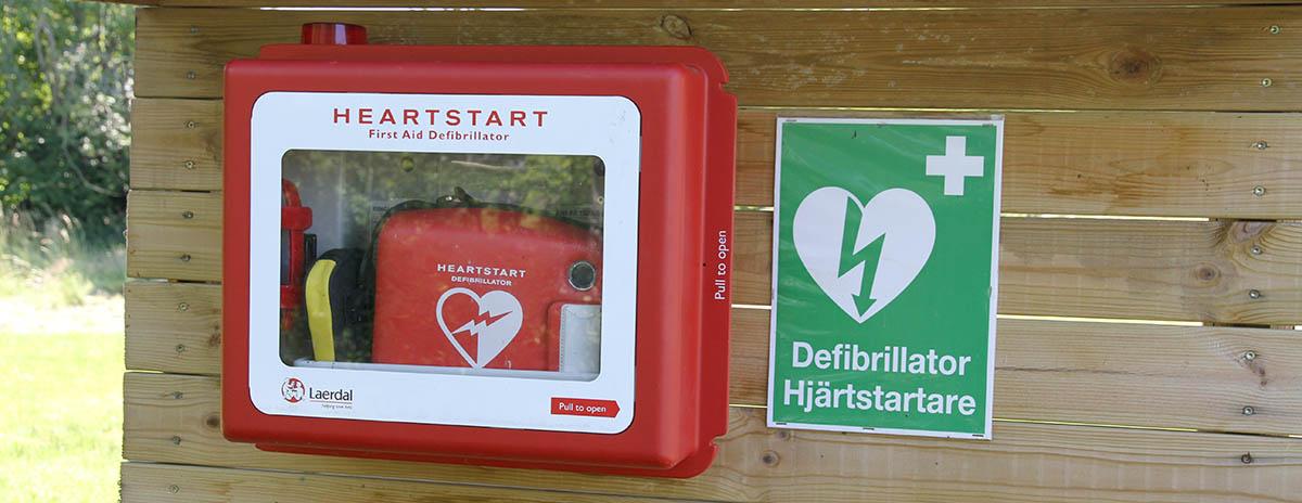 Defibrillator (Hjärtstartare) på Tärnö, Karlshamn. Foto: Patrik Nylin, Wikimedia CC-SA 4.0